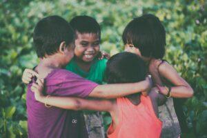 Enfants jouants et se tenant ensemble