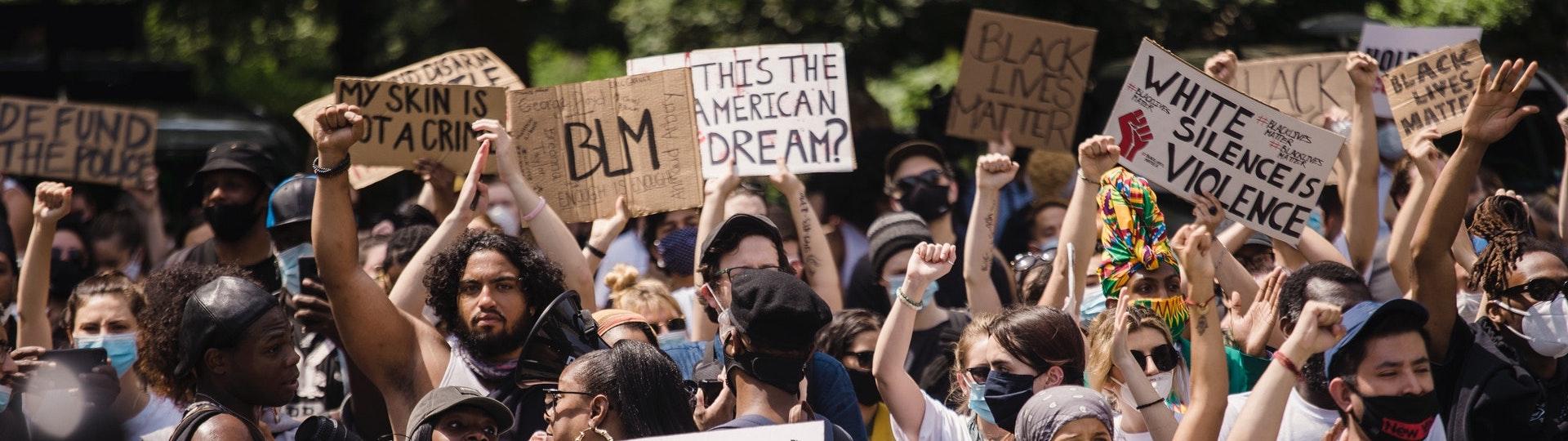 démonstration de black lives matter avec placards